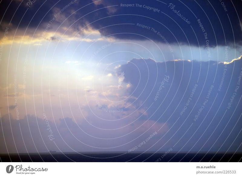 der Horizont und das Schiff Himmel Natur Wasser blau Sommer Meer Wolken Einsamkeit Ferne Freiheit Umwelt Landschaft Stimmung Lampe Wetter Wasserfahrzeug