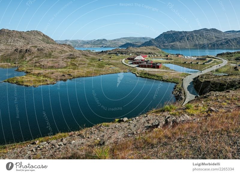 Honningsvåg in Norwegen Ferien & Urlaub & Reisen Tourismus Ausflug Sommer Berge u. Gebirge Natur Landschaft Himmel Hügel Fjord See Haus Gebäude Straße natürlich