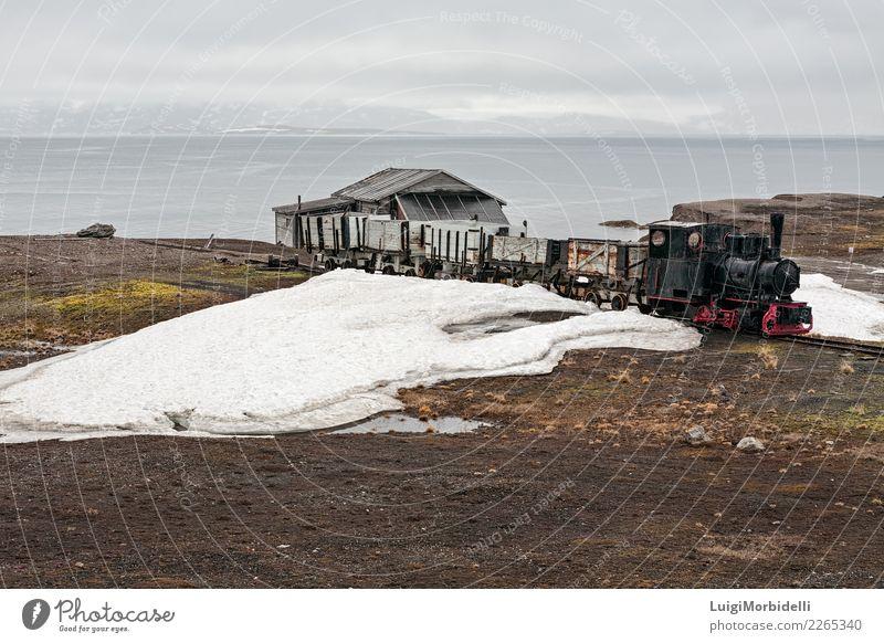 Alter Industriezug und Hütte in Ny Alesund, Svalbard-Inseln Ferien & Urlaub & Reisen Ausflug Sommer Meer Schnee Berge u. Gebirge Haus Natur Landschaft Himmel