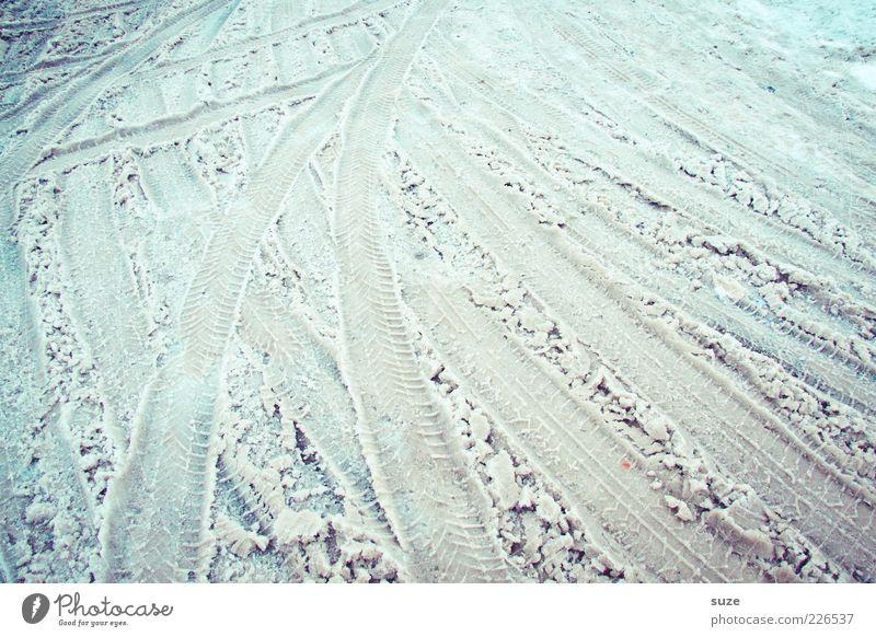 Spuren Winter Schnee Straßenverkehr Wege & Pfade dreckig hell kalt chaotisch Schneespur Fahrbahn Winterdienst Glätte Reifenspuren matschig Farbfoto