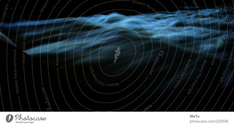 turbulent white Wasser dunkel Umwelt Bewegung Wellen wild natürlich Fluss fließen Gischt Langzeitbelichtung Dreisam