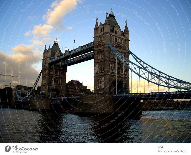 tower bridge london 2004 Himmel weiß Stadt blau Ferien & Urlaub & Reisen Wolken grau Stein Wasserfahrzeug Seil Ausflug Brücke Fluss Vergangenheit London England