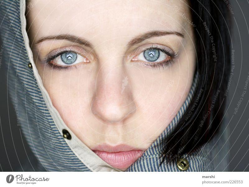cold as ice Frau Mensch schön Gesicht Auge feminin Kopf Gefühle Stil Erwachsene Mode Kosmetik Pullover Kapuze Knöpfe verpackt