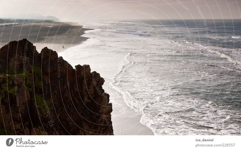 Blick in die Ferne Mensch Natur Wasser Ferien & Urlaub & Reisen Strand Meer Umwelt Landschaft grau Luft braun Wellen Freizeit & Hobby gehen Felsen Tourismus