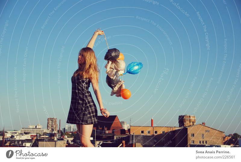 luft! Mensch Jugendliche schön Stadt Haus feminin Gefühle Erwachsene blond natürlich stehen Coolness Luftballon außergewöhnlich Kleid dünn