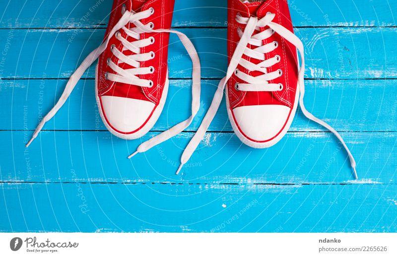 Paar rote Textil Turnschuhe alt blau Farbe weiß Sport Holz Stil Mode retro Schuhe Aktion Idee Bekleidung trendy