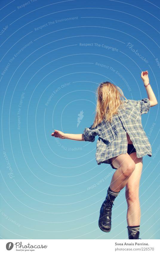tanzbarkeit. Mensch Jugendliche blau schön Freude Erwachsene feminin Gefühle springen Glück Beine Schuhe blond natürlich Aktion Lifestyle