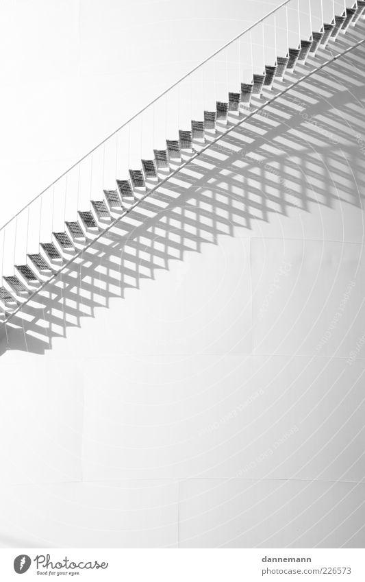 Stufen weiß Wand Architektur Mauer Gebäude hell Fassade Treppe frei ästhetisch Fabrik Bauwerk Treppengeländer Schwarzweißfoto Licht