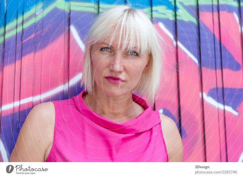 Recht junges Stadtmädchen, das gegen eine Außenwand steht Frau Mensch schön Erotik Straße Erwachsene Lifestyle Graffiti natürlich Stil Glück Haare & Frisuren