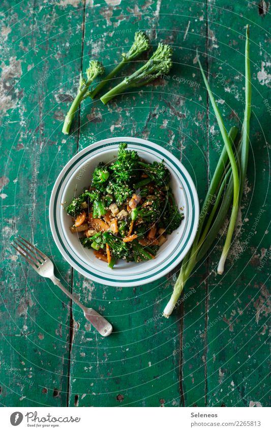 grüner Salat Lebensmittel Gemüse Salatbeilage Brokkoli Frühlingszwiebel Möhre Sesam Ernährung Mittagessen Abendessen Bioprodukte Vegetarische Ernährung Diät
