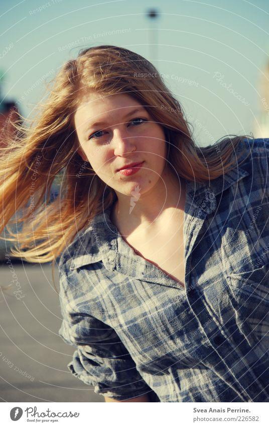 sommer 2009. Jugendliche blau feminin Gefühle Haare & Frisuren Erwachsene blond Lifestyle Coolness Hemd 18-30 Jahre langhaarig Junge Frau kariert Haarsträhne
