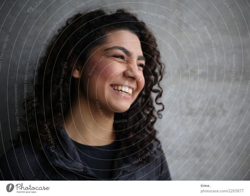 . Frau Mensch schön Erholung Freude Erwachsene Leben Wand feminin lachen Glück Mauer Stimmung Zufriedenheit Fröhlichkeit Lebensfreude