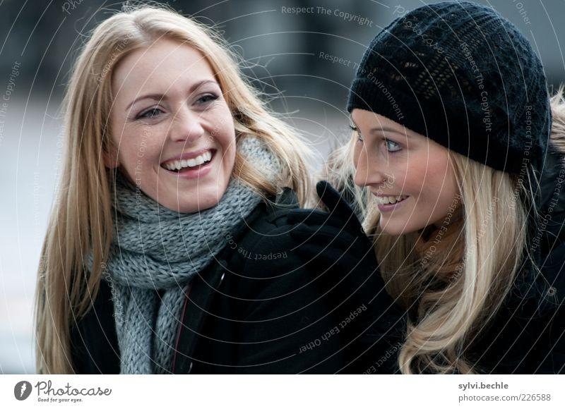friends III Mensch Jugendliche schön Freude Winter Leben feminin Glück lachen Freundschaft Zusammensein blond Fröhlichkeit berühren Freundlichkeit