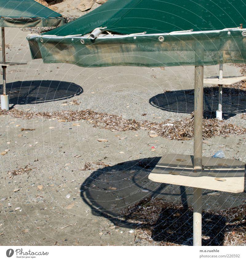 circles Strand Schönes Wetter Sonnenschirm alt kaputt grün Wärme Kreis Sand Schattenspiel Urlaubsstimmung Formation Griechenland Insel Farbfoto Außenaufnahme