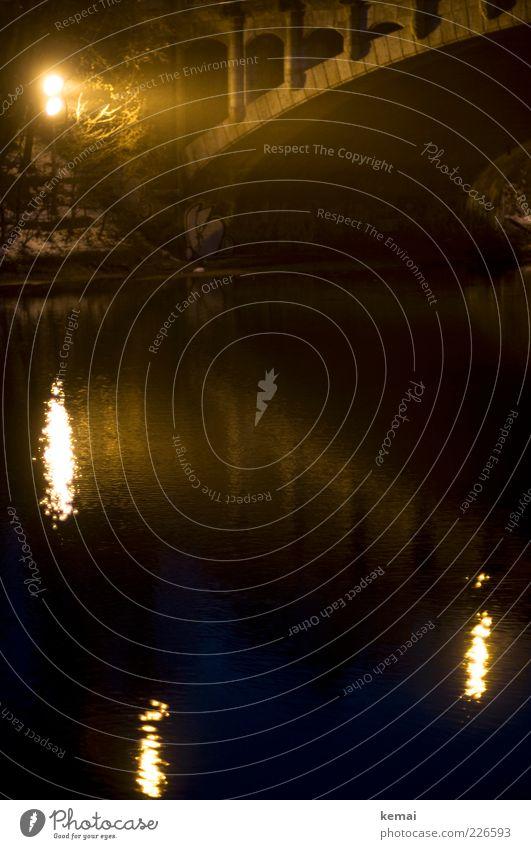 Reflektionen Natur Wasser Winter schwarz gelb dunkel Beleuchtung Angst nass Brücke leuchten bedrohlich Fluss Bauwerk Flussufer Wasseroberfläche