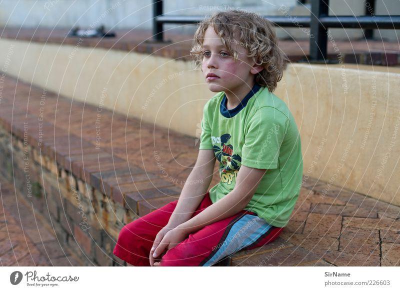 147 [Auszeit] Mensch Kind Wand Traurigkeit Junge Mauer Denken Kindheit blond Treppe warten Coolness Pause Geländer Krankheit Locken