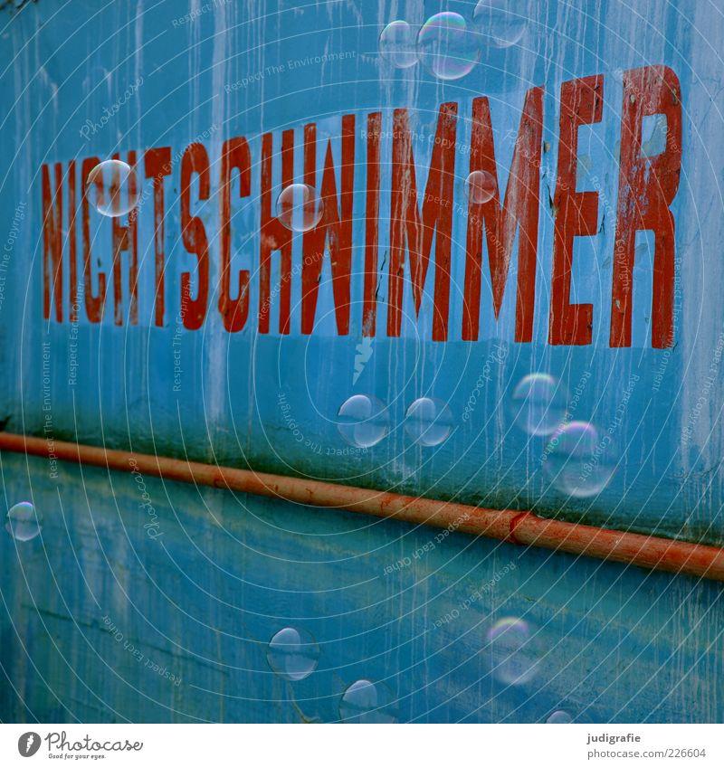 Nichtschwimmer Schwimmbad Zeichen Schriftzeichen blau rot Freude Seifenblase Schweben Farbfoto Außenaufnahme Menschenleer Tag Reflexion & Spiegelung Wand