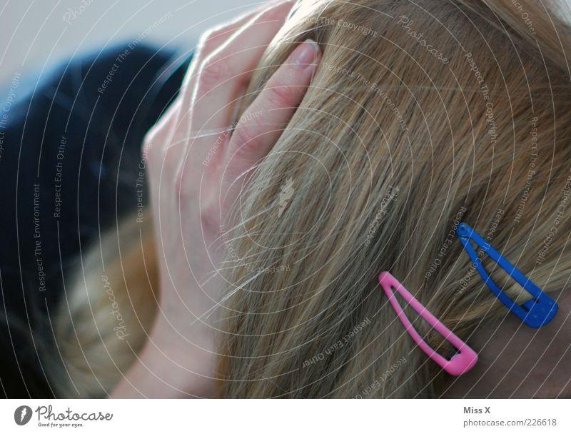 rosa + blau Mensch Hand schön feminin Haare & Frisuren blond Finger festhalten langhaarig Accessoire Haarspange Haarschmuck
