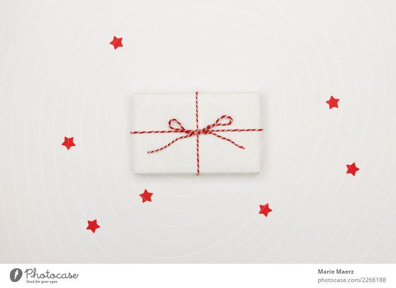 Kleines weißes Geschenk mit roter Schleife und roten Sternchen Weihnachten & Advent Feste & Feiern ästhetisch einfach fantastisch Neugier Freude Vorfreude