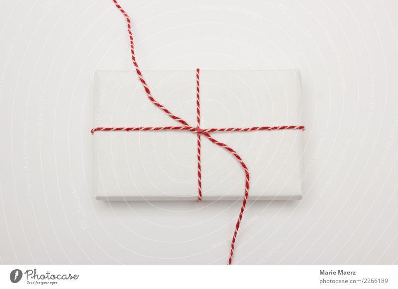 Geschenk auspacken elegant Weihnachten & Advent genießen einfach rot weiß Vorfreude Neugier Erwartung Glück aufmachen Geschenkpapier schenken Studioaufnahme