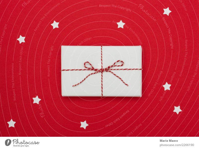 Weihnachtsgeschenk mit Sternchen Weihnachten & Advent schön rot Freude glänzend Geschenk kaufen einfach Wunsch Vorfreude Sympathie Schleife