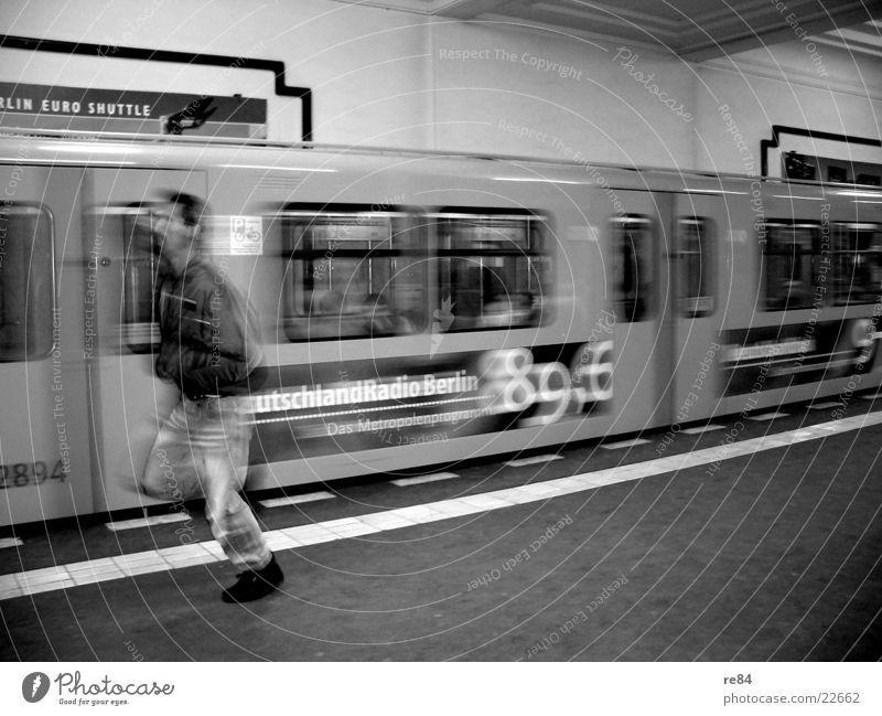 lauf forrest! Alexanderplatz U-Bahn Zeit schwarz weiß Geschwindigkeit Stadt Mobilität Verkehr Station Berlin Eisenbahn laufen rennen Hauptstadt Steig