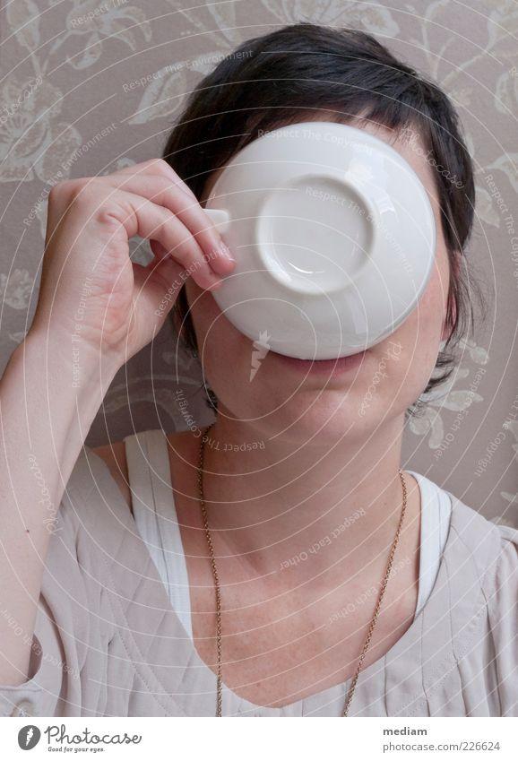 teatime Kaffeetrinken Teetrinken Getränk Geschirr Tasse Kaffeetasse Teetasse Café Mensch feminin Junge Frau Jugendliche 1 18-30 Jahre Erwachsene Porzellan ruhig