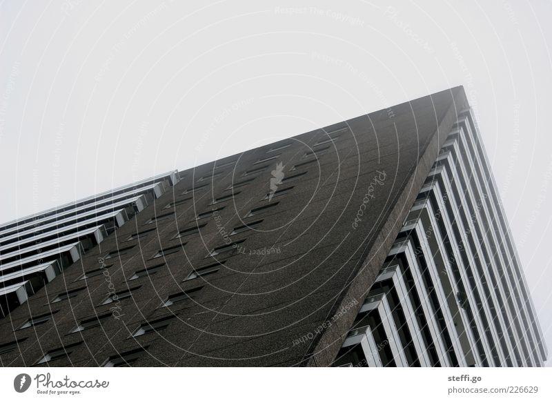 Plattenbau Stadt Einsamkeit Wolken Haus dunkel Wand Gebäude Architektur Mauer grau Fassade Wohnung trist Hochhaus groß hoch