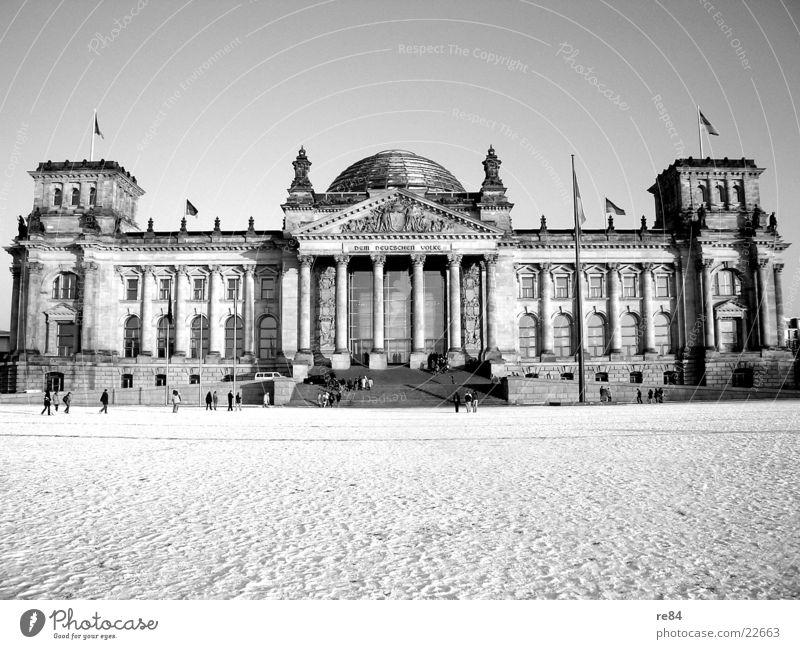 Berlin impression Mensch weiß Winter schwarz Schnee Gebäude Architektur glänzend Deutschland Glas Perspektive modern Spiegel Vergangenheit durchsichtig