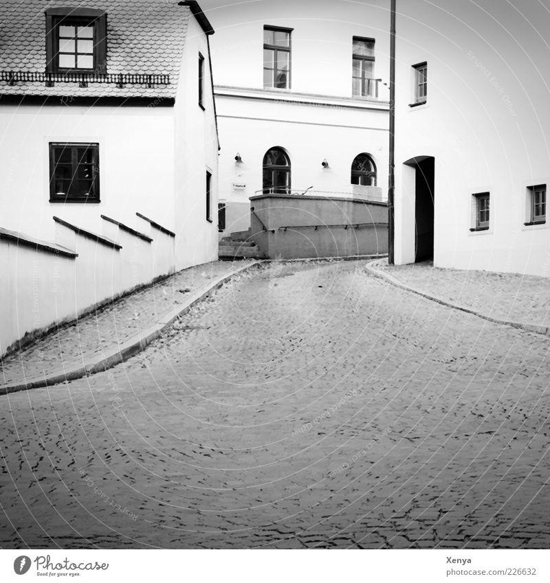 Frankensteins Stadt weiß ruhig Einsamkeit Haus schwarz Gebäude Autofenster Bauwerk ausdruckslos Kopfsteinpflaster Straßenbelag Gasse Altstadt Altbau Kleinstadt