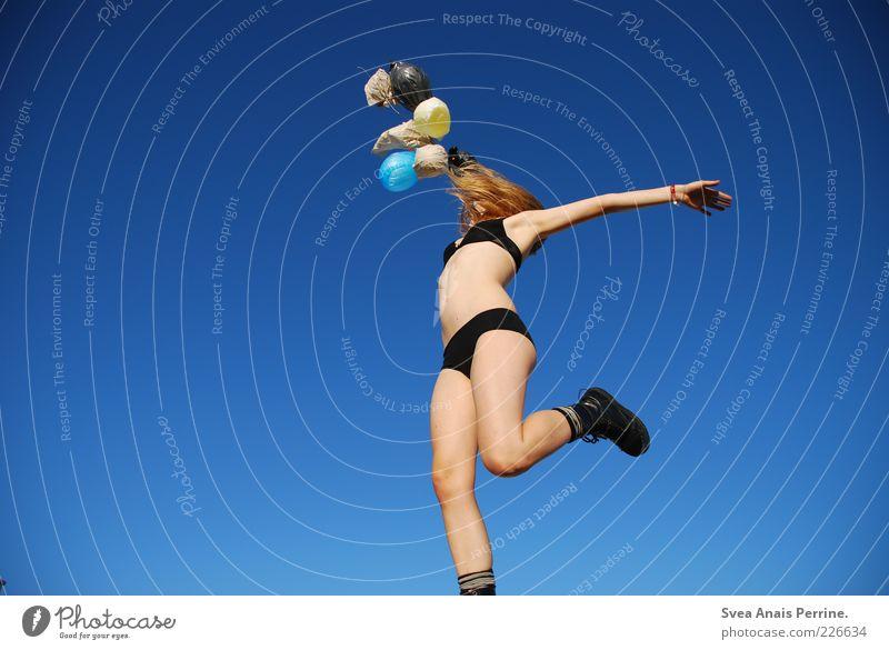 pure spannung. Mensch Jugendliche schön Freude Erwachsene feminin Erotik Spielen Gefühle Glück springen Beine Zufriedenheit blond Kraft Fliege
