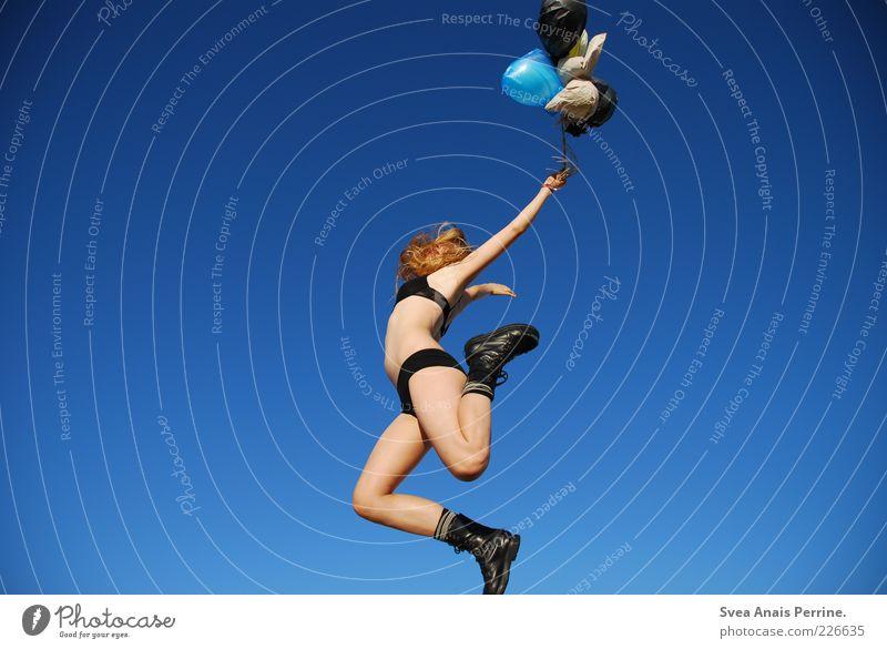 aktion. Jugendliche schön Freude feminin Erotik springen träumen Zufriedenheit blond Tanzen außergewöhnlich Luftballon einzigartig Junge Frau dünn Lebensfreude