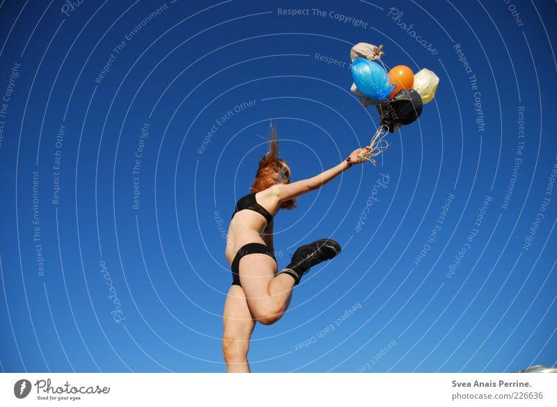 wer springer trägt muss springen! Jugendliche schön feminin Erotik Schuhe blond fliegen wild außergewöhnlich Luftballon Junge Frau dünn Stiefel Unterwäsche