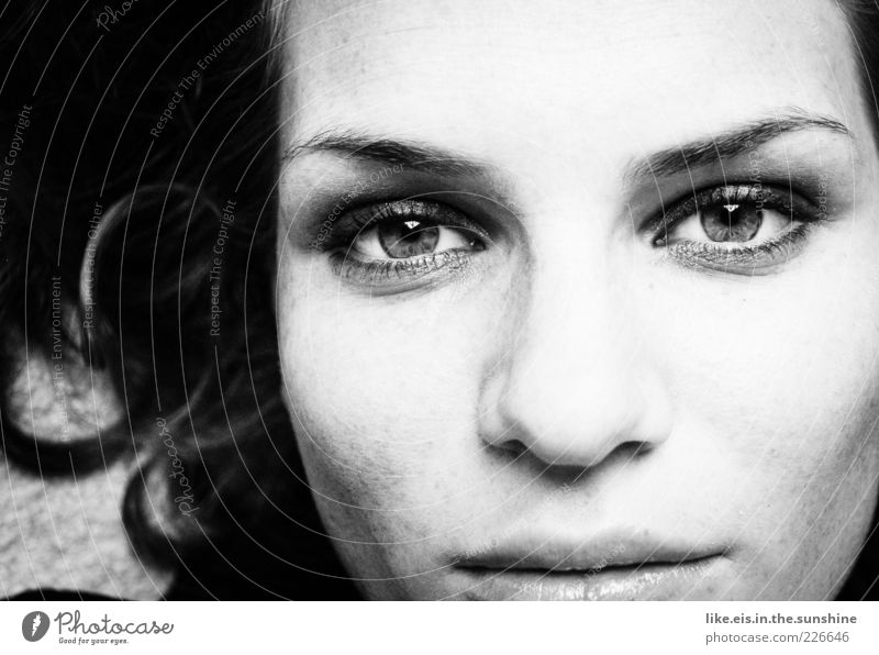 Sehnsucht Frau Mensch Jugendliche schön Gesicht Auge feminin Haare & Frisuren Erwachsene Denken Traurigkeit Zufriedenheit Mund Nase Beautyfotografie Lippen