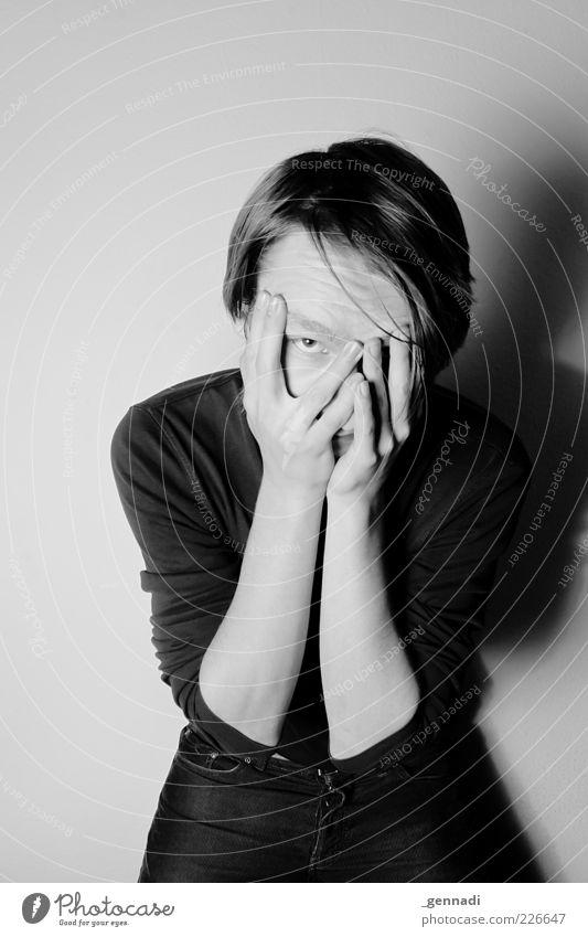 Genervt Mensch maskulin Junger Mann Jugendliche Erwachsene Auge Arme 1 18-30 Jahre T-Shirt langhaarig Erschöpfung Stress genervt resignieren Schwarzweißfoto