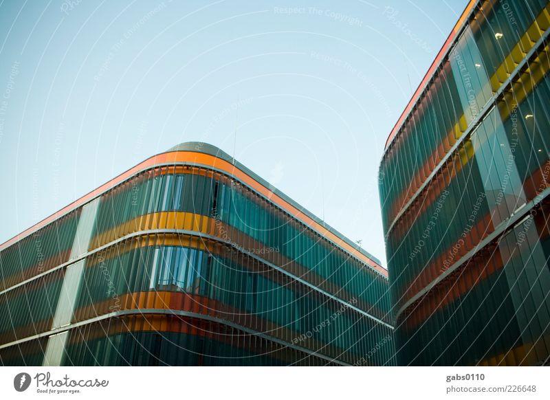 uni graz 2.0 Himmel blau Haus schwarz gelb kalt Fenster oben Architektur Gebäude Linie orange Glas Fassade modern