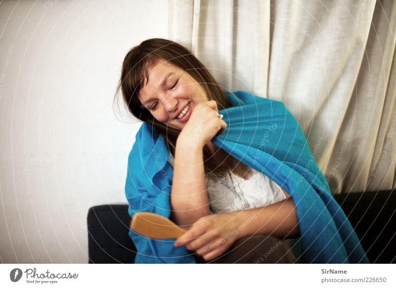 148 [shy] Mensch Jugendliche blau Freude Junge Frau Erwachsene sprechen feminin lachen natürlich Lächeln Kommunizieren Warmherzigkeit einfach Stoff