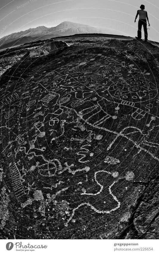 Mensch Jugendliche Erwachsene wandern Erde Abenteuer Schriftzeichen Klettern geheimnisvoll entdecken antik Bergsteigen Kunstwerk Wildnis Urzeit