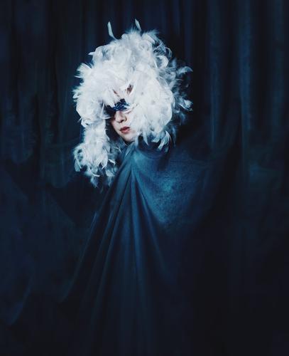 Künstlerisches Porträt einer Frau mit Federhut Mensch feminin Junge Frau Jugendliche 1 Kunst Kultur dunkel fantastisch schön einzigartig Originalität blau