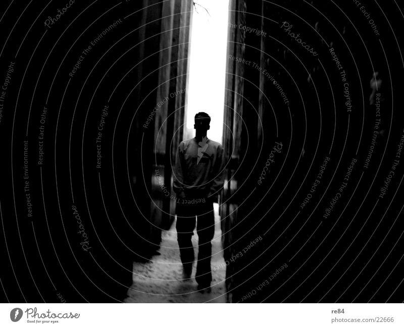 men in black Licht schwarz weiß dunkel Identität geheimnisvoll Mann Schatten Säule jüdisches museum Garten Stein Reaktionen u. Effekte Kontrast Mensch