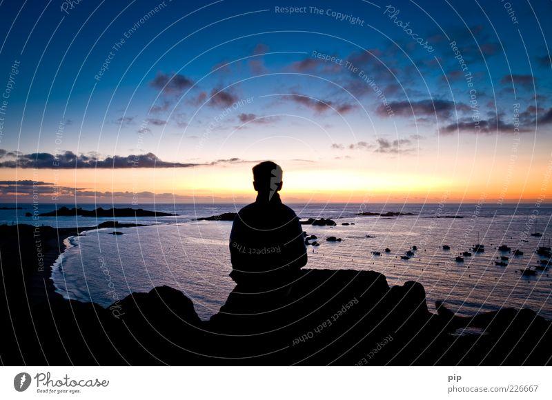 sohnabend Junge Kopf Rücken Natur Wasser Himmel Wolken Horizont Sommer Schönes Wetter Felsen Küste Strand Bucht Meer Ferien & Urlaub & Reisen Ferne nachdenklich