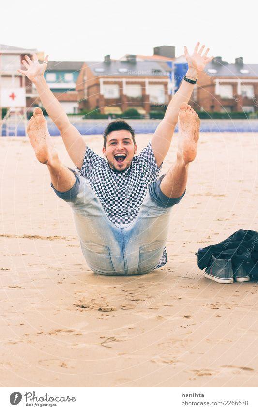 Junger Mann, der Spaß am Strand hat Lifestyle Freude Wellness Leben Wohlgefühl Ferien & Urlaub & Reisen Tourismus Ausflug Freiheit Sommer Sommerurlaub Mensch