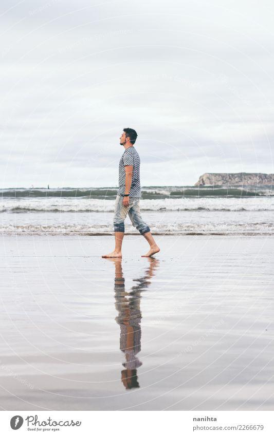 Mann, der entlang den Strand geht Mensch Natur Ferien & Urlaub & Reisen schön Wasser Landschaft Erholung Einsamkeit Wolken Erwachsene Lifestyle Umwelt
