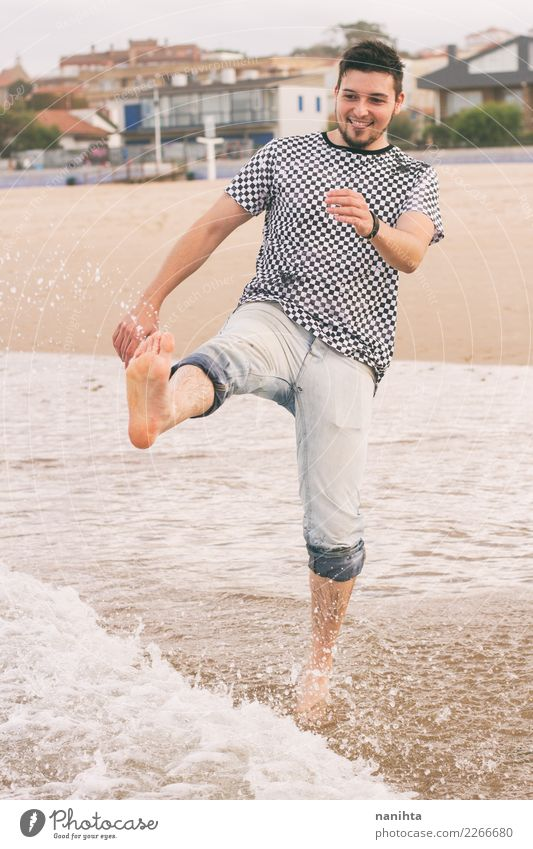 Junger Mann, der den Tag am Strand genießt Lifestyle Freude Wellness Leben Ferien & Urlaub & Reisen Tourismus Ausflug Freiheit Sommer Sommerurlaub Wellen Mensch