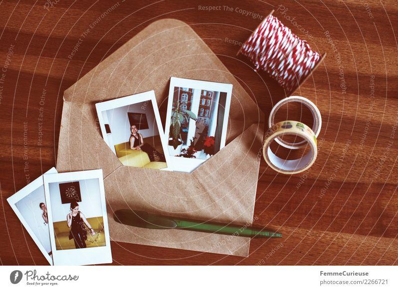 Instant pictures and envelope on table (02) feminin Junge Frau Jugendliche Erwachsene 1 Mensch 18-30 Jahre Kommunizieren Erinnerung Gruß Polaroid