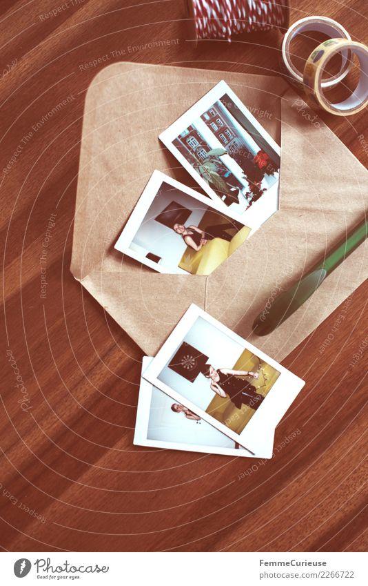 Instant pictures and envelope on table (01) Lifestyle feminin Junge Frau Jugendliche Erwachsene Mensch 18-30 Jahre Kommunizieren Briefumschlag senden Gruß