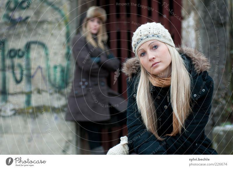 normal generation Mensch feminin Junge Frau Jugendliche Freundschaft Leben Haare & Frisuren Gesicht 2 Winter Mauer Wand Fassade Beton Holz beobachten Blick