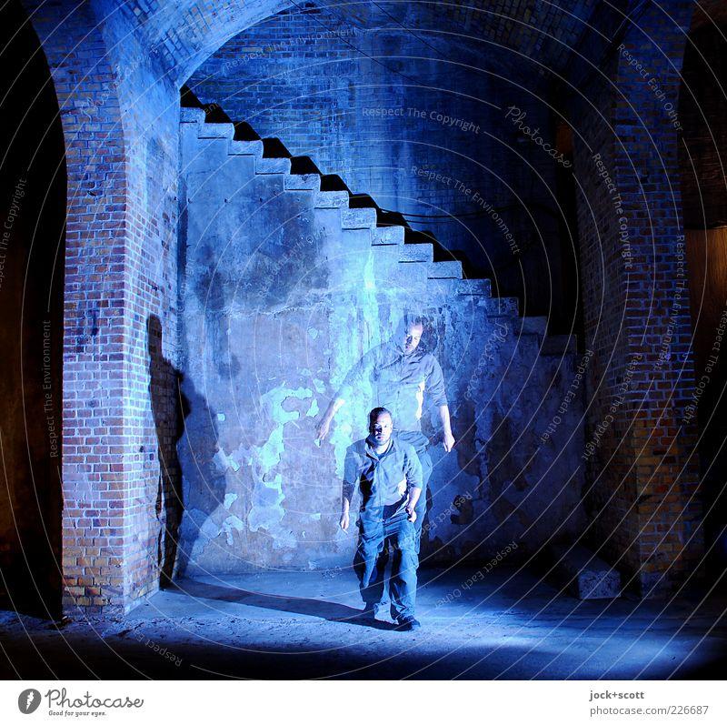 Moment am Platz Mann Erwachsene 1 Mensch Bauwerk Speicher Mauer Wand Treppe Backstein Bewegung fallen fliegen knien springen alt ästhetisch elegant blau