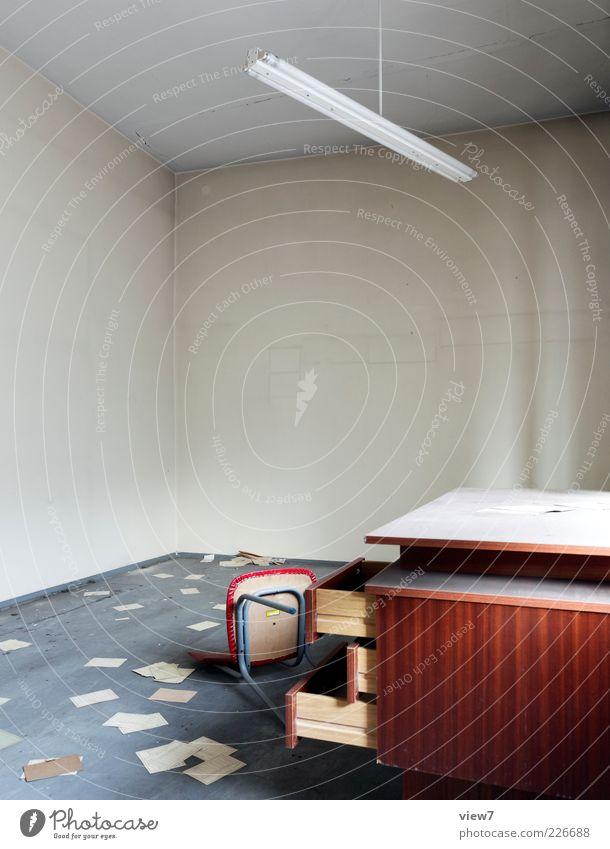 Steuererklärung alt kalt Holz Büro braun liegen Tisch Papier Innenarchitektur kaputt Boden trist authentisch Stuhl einfach Ende