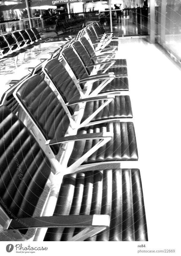 niemand da Bank leer Menschenleer Leder Luftverkehr Sitzgelegenheit Reihe Flughafen warten sitzen Metall